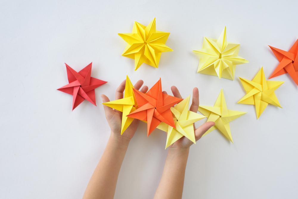 Selbstgemachte Sterne für Weihnachtsbaum, für Advent in der Kita basteln, Bastelideen für die Adventszeit im Kindergarten
