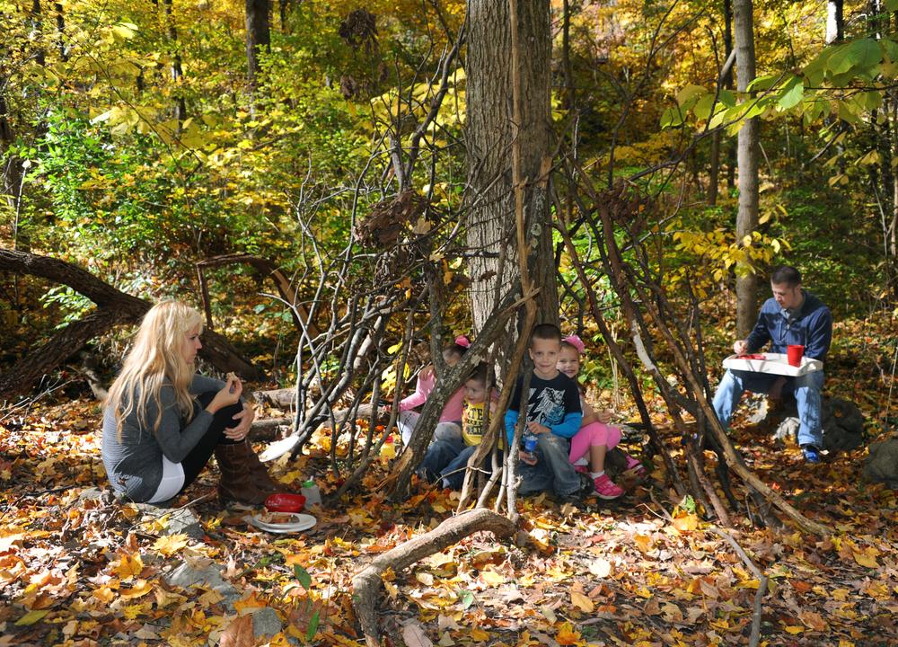 Kinder sammeln in der Natur Erfahrungen