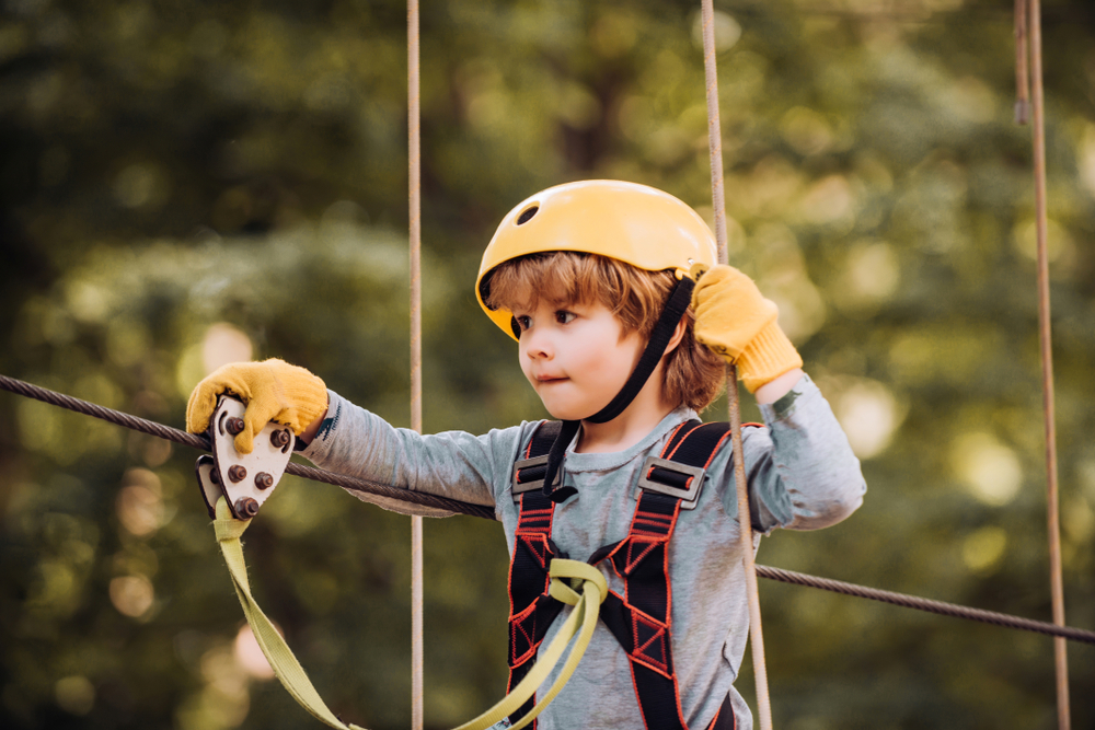 Sommer im Kletterpark mit der Kita, sommerlicher Ausflug in den Kletterpark mit Kindern