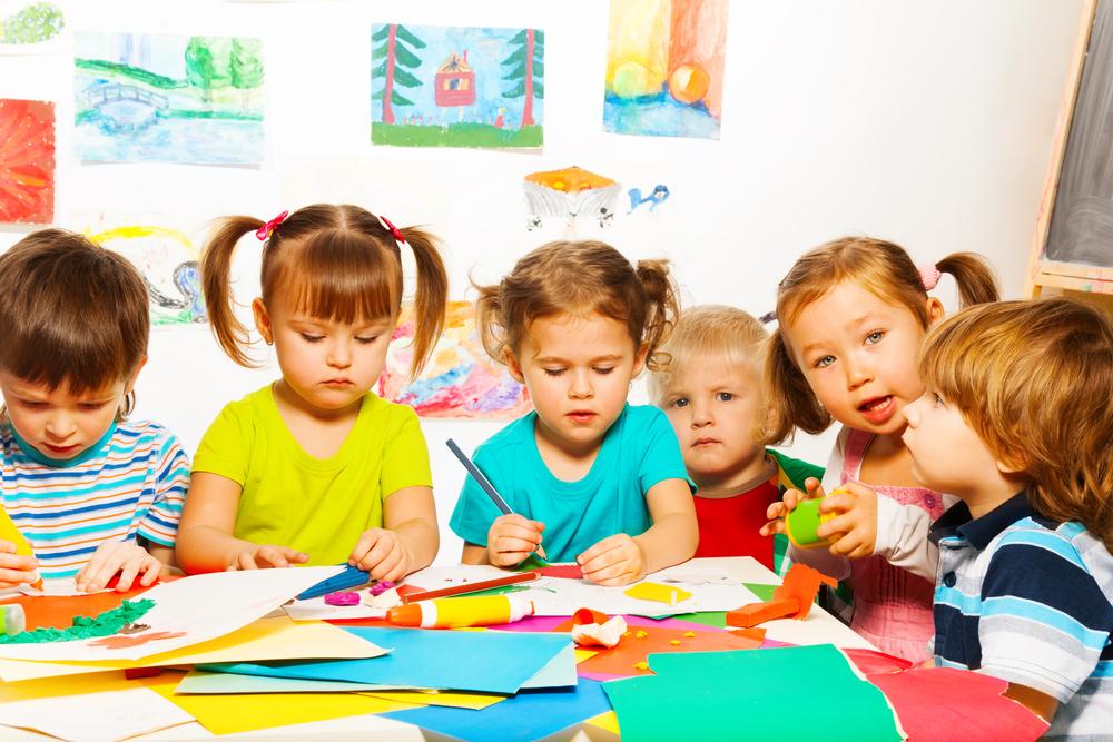 Materialien zum Basteln bereitstellen im Kindergarten