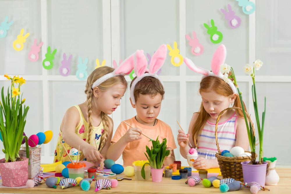 Ostereier anmalen und färben im Kindergarten
