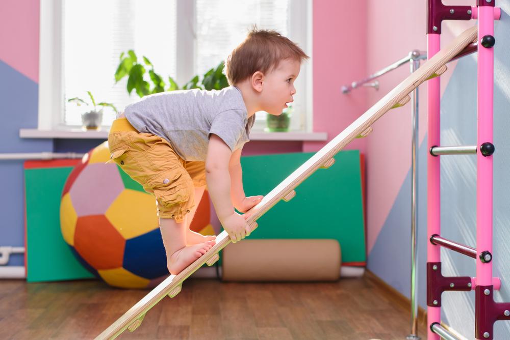Mit wenig Aufwand lassen sich Klettermöglichkeiten für Kinder im Kindergarten herrichten