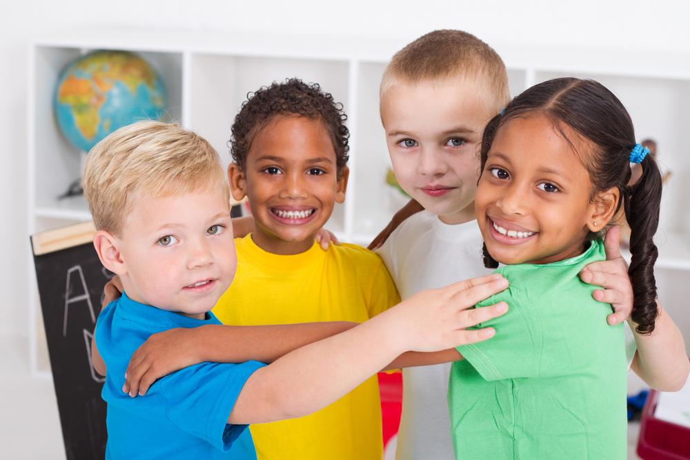 Im Kindergarten lernen Kinder über Gruppendynamik und Freundschaft, was wichtig für soziale Kompetenz der Kinder ist.