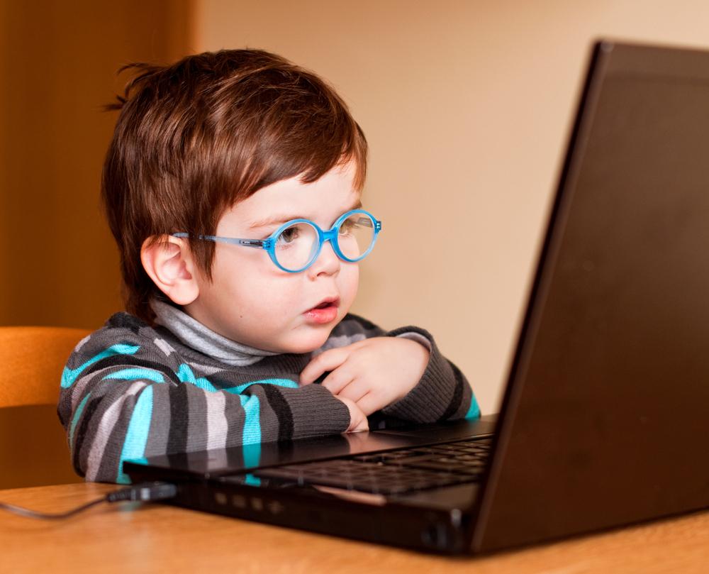 Kind guckt auf einen Bildschirm, Computer für Kinder ab 4 Jahren, Computer im Kindergarten