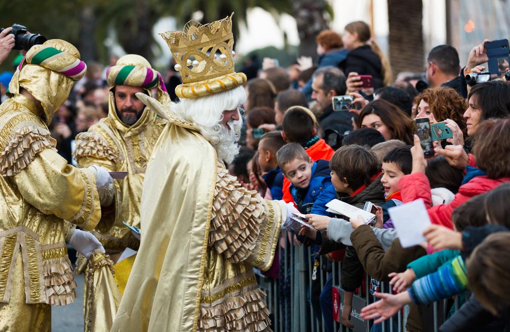 Kinder mögen Umzüge am Dreikönigs-fest