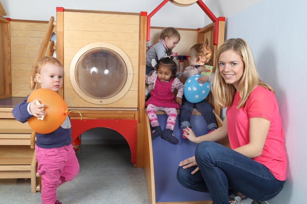 Eingewöhnung in die Kita, Kinder spielen im Kindergarten, Bezugsperson für Kinder in der Kita