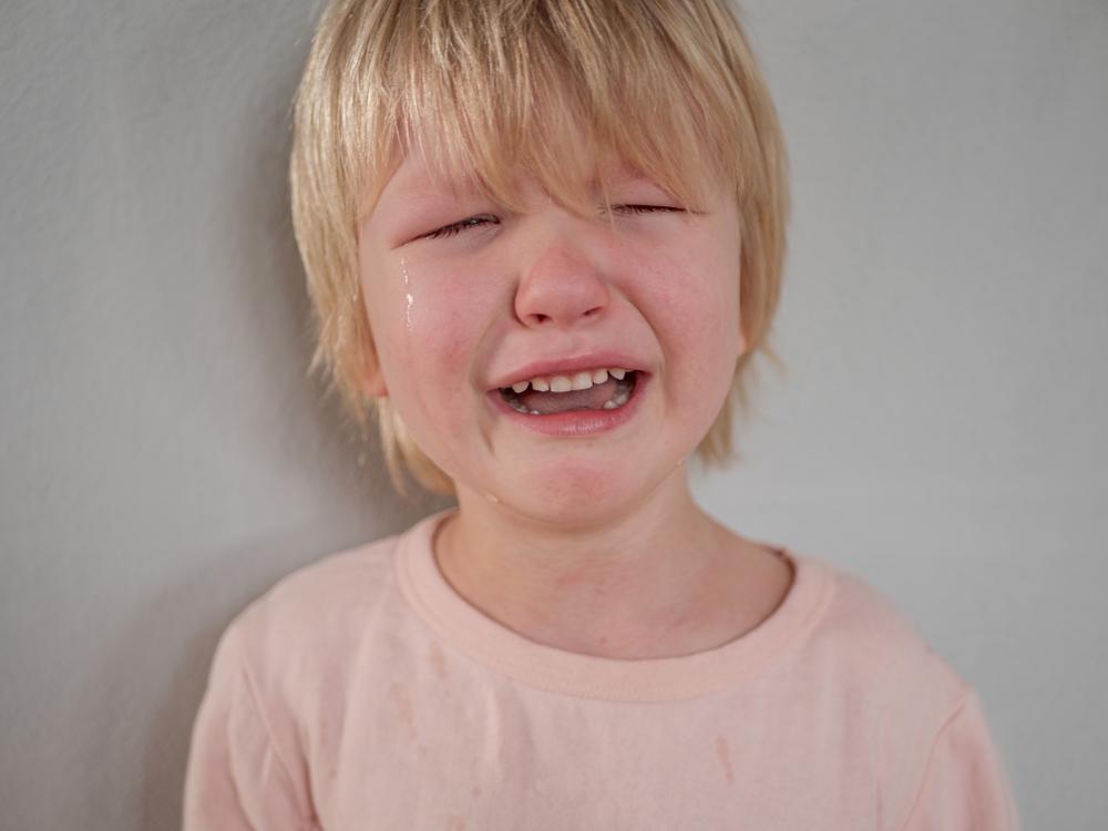 emotionale Bindung und Reaktion von Kindern, Kind weint