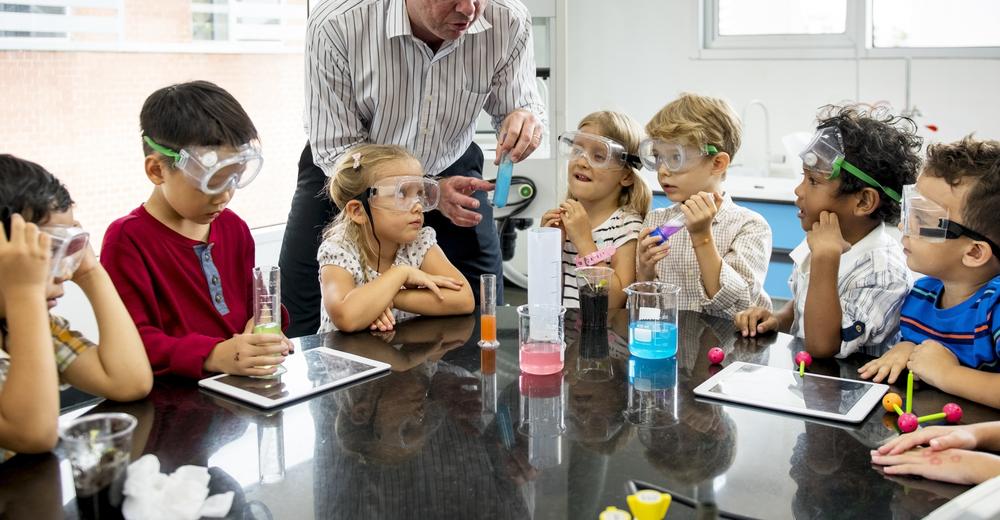 Zeitfenster bei Experimenten mit Kinder berücksichtigen. Versuche im Kindergarten
