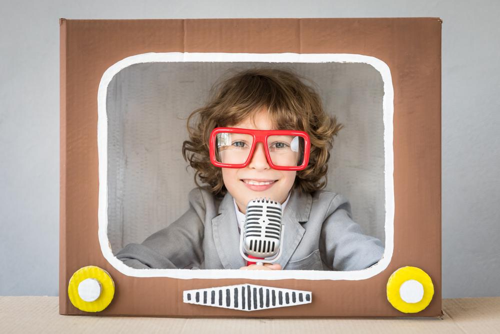 Fernsehen Medienerziehung - im Kindergarten einen Fernseher aus Tonkarton basteln und eine Serie nachspielen