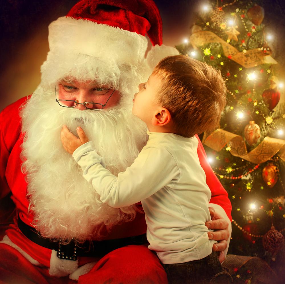 Nikolaus mit einem Kind, Besuch des Nikolauses in die Kita, Nikolaustag Fest im Kindergarten