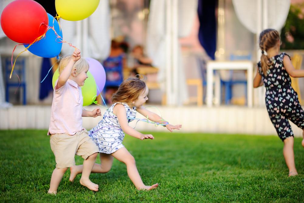 Feste im Kindergarten feiern, Kinder spielen draußen, Kinder feiern Feste in der Kita