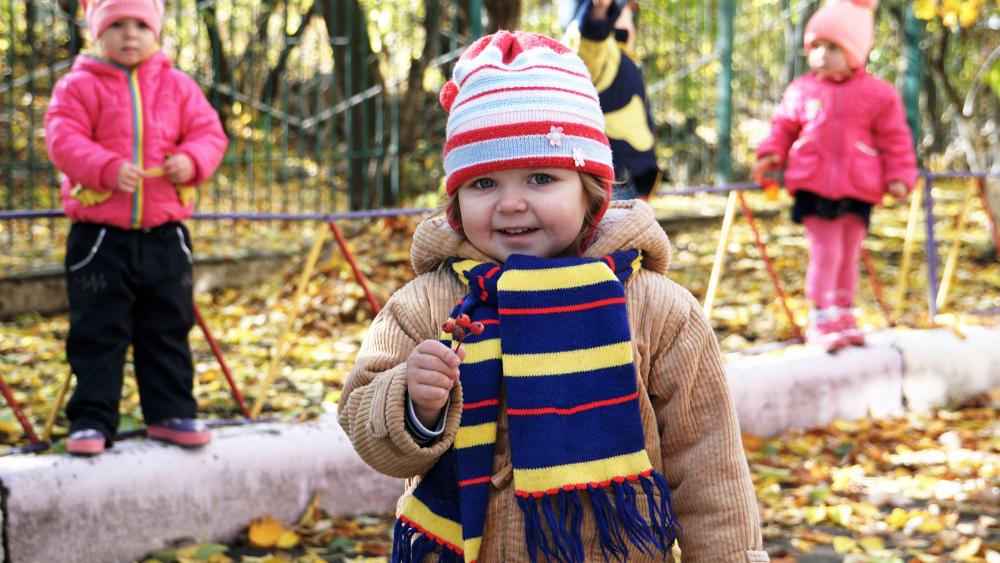 Herbst in der Kita, Kinder spielen im Herbst