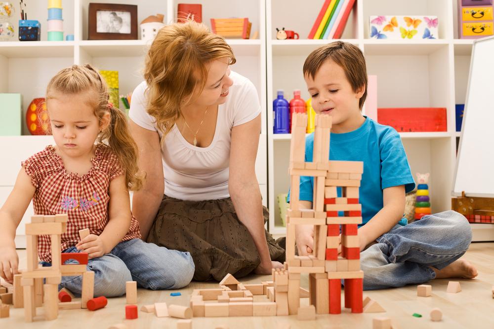 Mit Bausteinen können Erzieher Kindern ein Verständnis für Größen und Höhen vermitteln