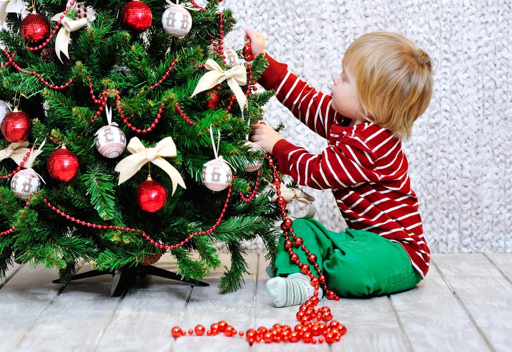 Weihnachtsbaum zum Advent mit Kindern schmücken, Aktivitäten für Kinder in der Adventszeit im Kindergarten