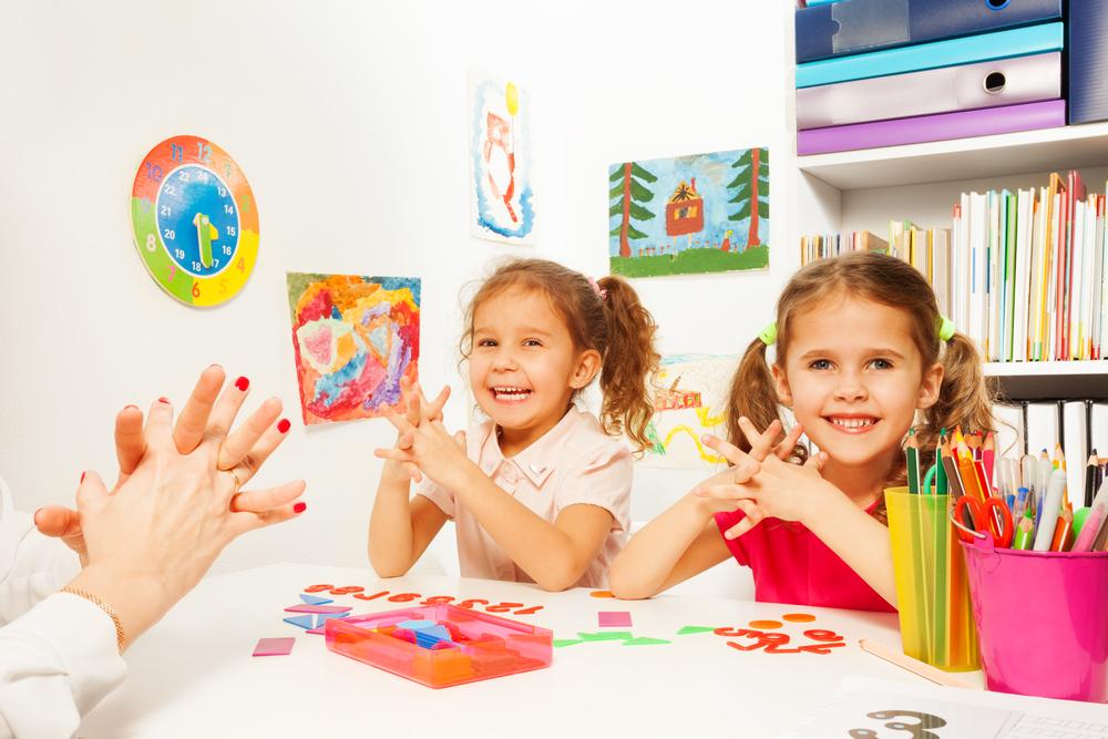 Fingerspiele können gezielte Übungen vermitteln