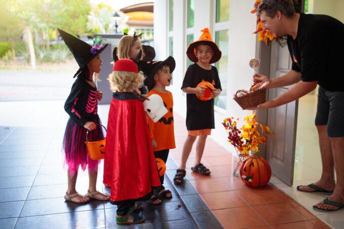 Halloween mit Kinder in der Kita feiern, Halloween Süßigkeiten an Kinder im Kindergarten verteilen