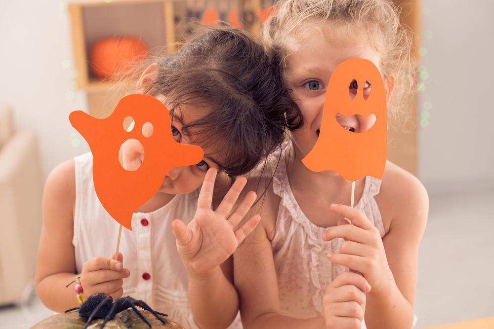 Halloween in der Kita feiern, Halloween mit Kindern, Kinder mit Halloween-Masken, Masken zu Halloween mit Kindern basteln