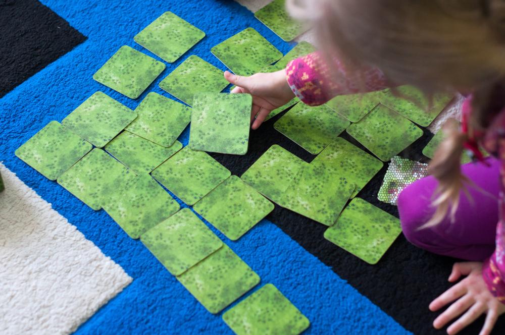 Konzentrationsspiele Kindergarten, Spiele zur Förderung der Konzentration Kita, Kind spiel Memory, Kartenspiele, Tipps, Ideen