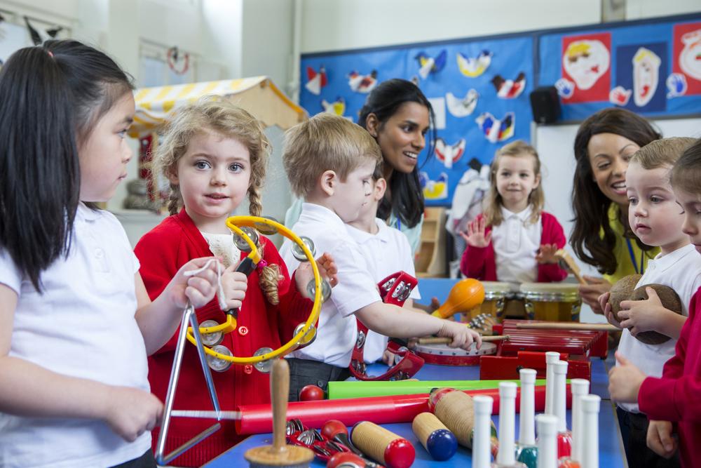 Klangspiele in der Kita, Kinder spielen Musik, Musikinstrumente im Kindergarten, Klanggeschichten für Kinder