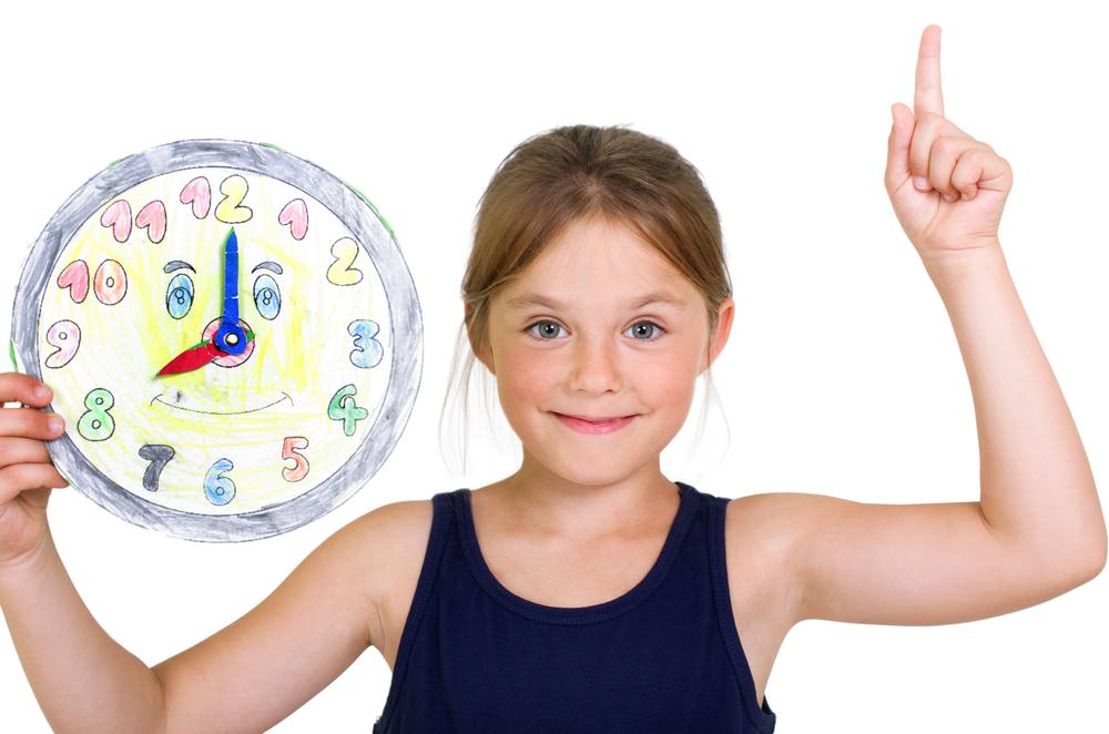 Kinder lesen die Uhr in der Kita, Uhr im Kindergarten malen