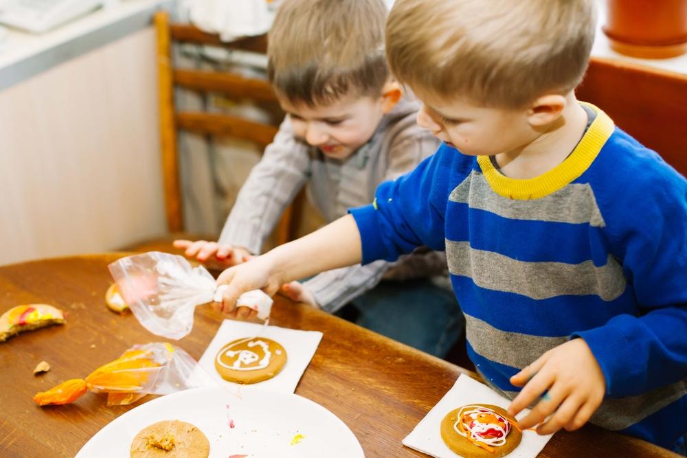 Kinder backen in der Kita, Kinder machen Plätzchen im Kindergarten