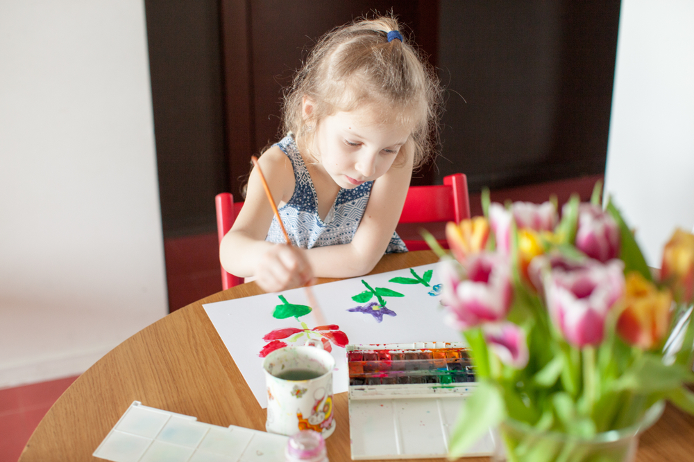 Kinder malen gern Blumen im Frühling