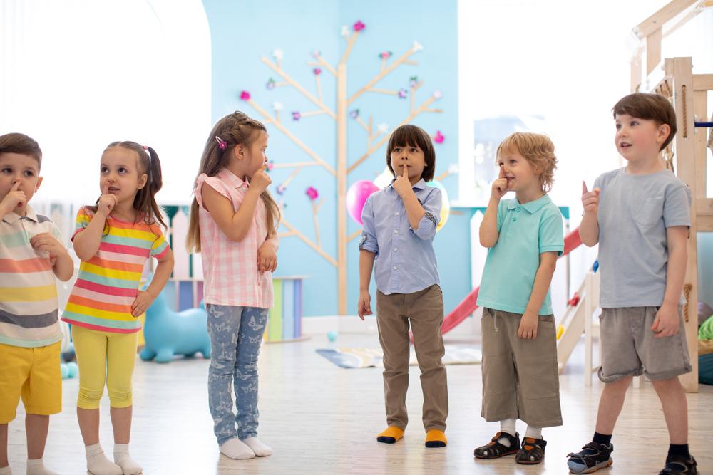 Rhythmus lernen Kinder durch musikalische Bewegungen