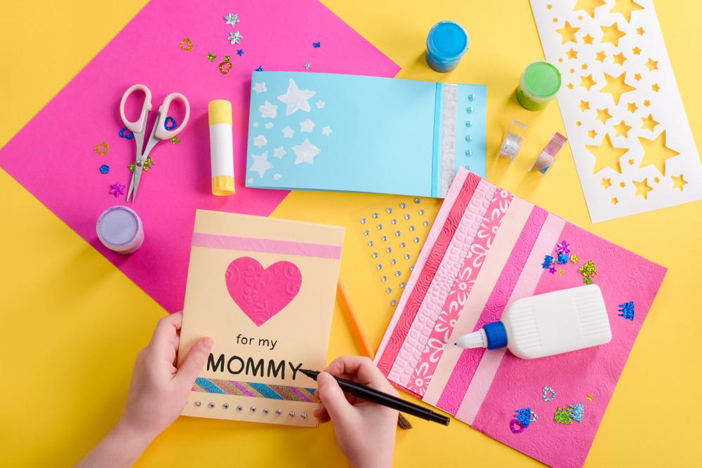 Kindern basteln für den Muttertag