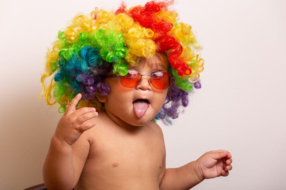 Kinder als Clowns für Zirkusprojekte in der Kita, lustige Perücke für Zirkusprojekte im Kindergarten