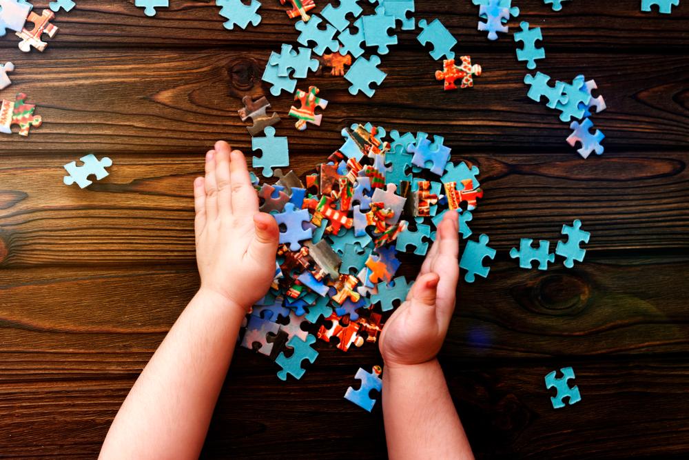 Puzzeln fördert bei Kindern nicht nur die Konzentration sondern auch die Motorik