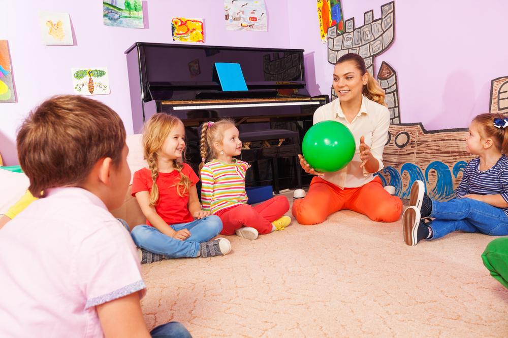 Kinder spielen in der Kita, Komplimenten-Runde im Kindergarten, Kinder lernen über Selbstwertgefühl, Identität der Kinder stärken