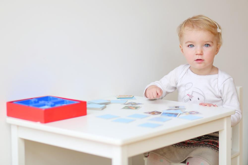 Gedächtnis der Kinder fördern, Kind spielt Memory, soziale Kompetenz der Kinder durch Memory stärken