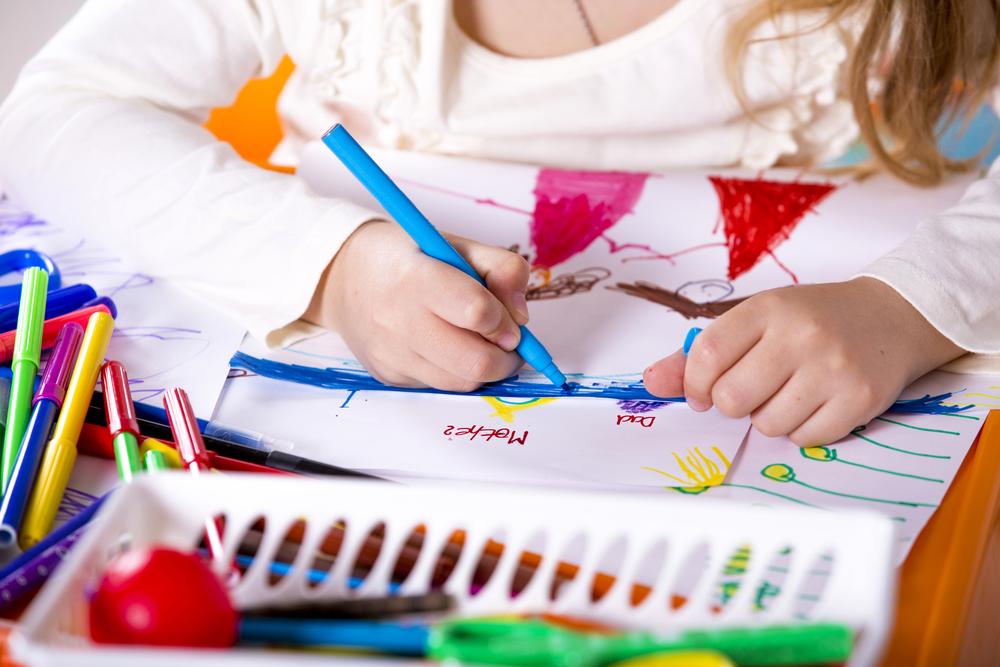 Kind malt, Emotionen durch Malen ausdrücken, Malen in der Kita, soziale Kompetenz bei Kindern fördern, Kinder Gefühle durch zeichnen ausdrücken