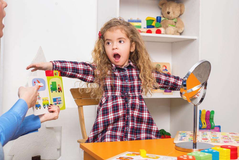 Bei einem Logopäden Hilfe bei Sprachproblemen holen, Mädchen lernt sprechen, Mädchen lernt Laute