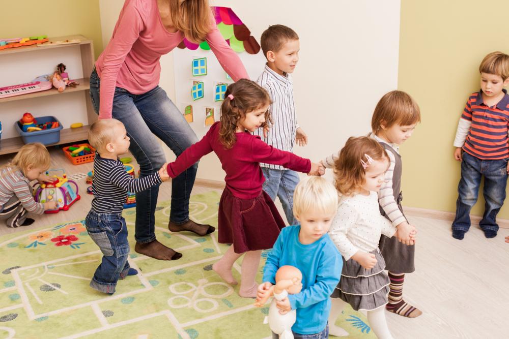 Tanzen in der Kita, Gruppentanz im Kindergarten, Kinder tanzen in der Kita