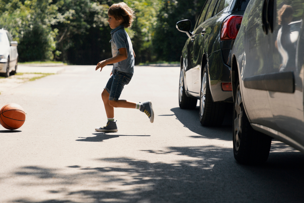 Den Straßenverkehr mit Kindern üben, Gehörsinn und Sehsinn