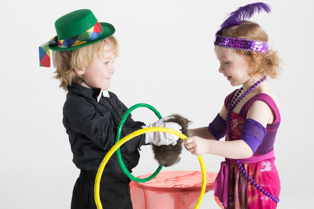 Kinder lieben es zu zaubern und andere Attraktionen vorzustellen