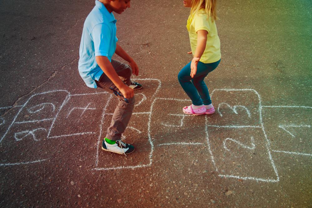 Bewegungsspiele, pädagogische Angebote, Fingerspiele, Hüpfkästchen, Bewegung im Freien, Bewegung in Räumen