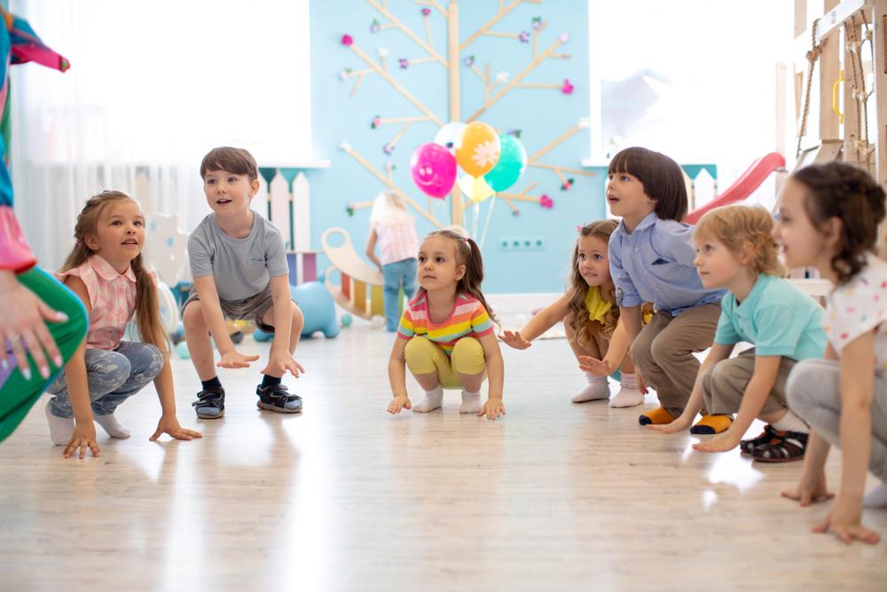 Sport, Kinder, Kniebeugen, Musik und Sport für Kinder, pädagogische Angebote, Bewegungsspiele im Kindergarten